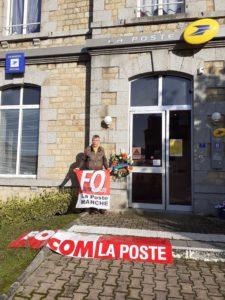 couronne mortuaire devant le bureau de poste de Ducey (La Manche)